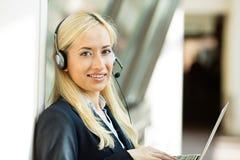 De vertegenwoordiger die van de klantendienst aan computer werken die op h spreken Royalty-vrije Stock Foto's