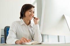 De vertegenwoordiger van de klantendienst contacteer ons conceptenillustratie Stock Afbeelding
