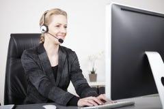 De Vertegenwoordiger van de klantendienst Typing op Computer royalty-vrije stock fotografie