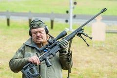 De vertegenwoordiger van firma toont geweer ORSIS t-5000 Stock Afbeelding