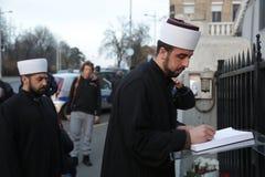 De vertegenwoordigers van de Islamitische gemeenschap in Belgrado betalen hulde aan de slachtoffers in Parijs Stock Foto