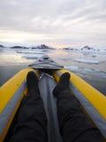 De verticaal van het het ijsgebied van Kayakingsantarctica Stock Afbeeldingen