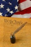 De verticale Grondwet van Verenigde Staten, Ganzepen in Inktpot, en Vlag Royalty-vrije Stock Fotografie