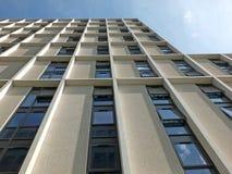 De verticale mening van een witte hoge witte concrete de bouwontwikkeling met zonlicht en blauwe zonnige hemel dacht in de venste Stock Afbeelding