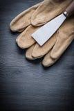 De verticale van de de schraper werkende handschoen van de versieverf donkere houten raad Royalty-vrije Stock Foto
