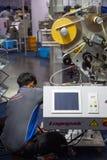 De verticale verpakkende machine van de arbeidersmoeilijke situatie stock afbeeldingen