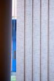 De verticale zonneblinden op het venster in de zomer Royalty-vrije Stock Foto