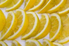 De vertoning van citroenenplakken royalty-vrije stock afbeeldingen