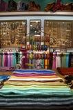 De vertoning van het product bij kleurrijke etnische winkel Royalty-vrije Stock Afbeelding