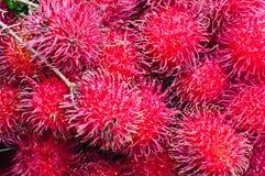 De Vertoning van het Rambutanfruit voor verkoopt op Kleine Straat in Malwana Stock Fotografie