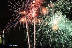 De vertoning van het vuurwerk bij nacht Stock Afbeelding