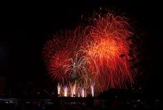 De vertoning van het vuurwerk om met het nieuwe jaar in te stemmen Stock Foto's