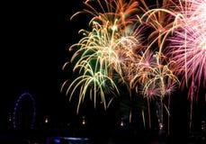 De vertoning van het vuurwerk om met het nieuwe jaar in te stemmen Stock Afbeeldingen