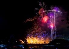 De vertoning van het vuurwerk om met het nieuwe jaar in te stemmen Royalty-vrije Stock Afbeelding
