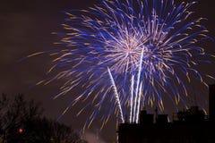 De vertoning van het vuurwerk op de Vooravond van Nieuwjaren Stock Foto