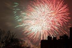 De vertoning van het vuurwerk op de Vooravond van Nieuwjaren Royalty-vrije Stock Afbeeldingen