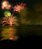 De vertoning van het vuurwerk over overzees Royalty-vrije Stock Foto's