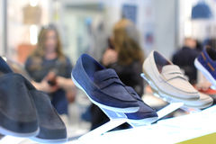De vertoning van mensen` s schoenen Stock Afbeeldingen