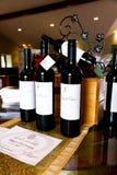 De vertoning van wijnflessen Royalty-vrije Stock Afbeeldingen