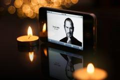 De vertoningen van STEVE JOBS op de homepage van de Appel Stock Foto