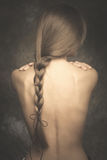 De vertrouwelijke naakte achter en lange vlecht van het vrouwenportret royalty-vrije stock fotografie