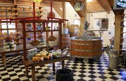 De vervaardiging van de kaas in Nederland. Stock Afbeeldingen