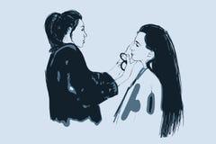De verven van de de make-upkunstenaar van vrouwenvisagist op het gezicht van zijn cliënt Royalty-vrije Stock Afbeeldingen