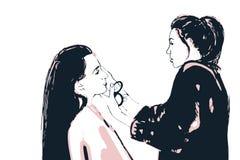 De verven van de de make-upkunstenaar van vrouwenvisagist op het gezicht van zijn cliënt Royalty-vrije Stock Foto's