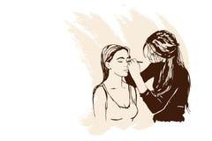 De verven van de de make-upkunstenaar van vrouwenvisagist op het gezicht van zijn cliënt Royalty-vrije Stock Fotografie