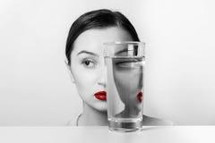 De Vervorming van het vrouwengezicht in Waterglas royalty-vrije stock fotografie