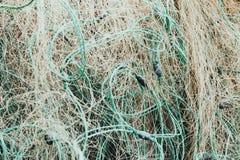 De verwarde visnetten vullen het scherm in close-up De uitrusting van de visser van kapron stock afbeeldingen