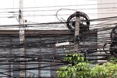 De verwarrings de voorbouw van het machtskoord en de boomstruik met hoog voltage, Gevaar van de verwarringselektrische energie va stock foto's
