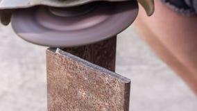 De verwerking van scherpe randen op het metaal stock videobeelden