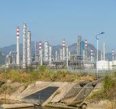 De verwerkingsfabriek van het gas landschap met de gasindustrie royalty-vrije stock afbeelding