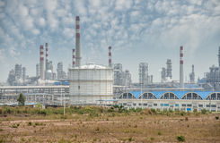 De verwerkingsfabriek van het gas landschap met de gasindustrie stock afbeeldingen