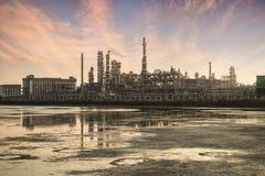 De verwerkingsfabriek van het gas landschap met de gasindustrie royalty-vrije stock foto's