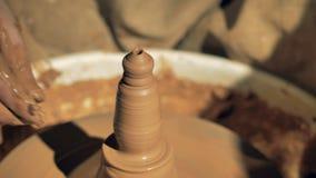 De verwezenlijking een kleivaas bij een aardewerk, sluit omhoog stock footage