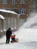 De verwijdering van de sneeuw met een sneeuwblazer Stock Afbeeldingen