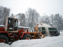 De verwijderingsmachines van de sneeuw op de weg Royalty-vrije Stock Afbeelding