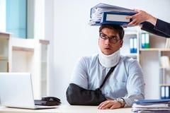 De verwonde man die meer werk van zijn werkgever krijgen stock afbeeldingen