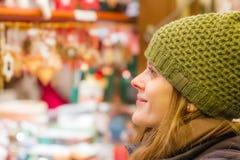 De verwondering bij is van de Kerstmismarkt benieuwd Stock Foto's