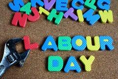 De verwoording van arbeidsdag en moersleutel op cork raad Royalty-vrije Stock Foto's