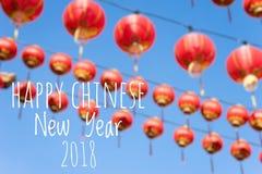 De verwoording van Gelukkig Chinees Nieuwjaar 2018 met vage Chinese lantaarns als achtergrond tijdens nieuw jaarfestival Royalty-vrije Stock Fotografie