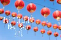 De verwoording van Gelukkig Chinees Nieuwjaar 2018 met vage Chinese lantaarns als achtergrond tijdens nieuw jaarfestival Royalty-vrije Stock Afbeelding