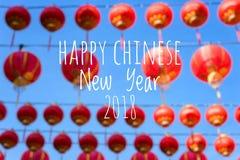 De verwoording van Gelukkig Chinees Nieuwjaar 2018 met vage Chinese lantaarns als achtergrond tijdens nieuw jaarfestival Royalty-vrije Stock Foto's