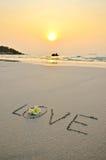 De verwoording van liefde in zand royalty-vrije stock afbeeldingen