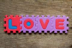 De verwoording van liefdeplaats op houten achtergrond voor valentijnskaart Stock Foto