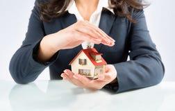 De verzekering en beschermt huisconcept Stock Foto's