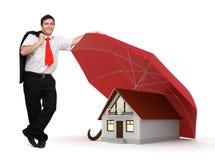 De verzekering van het huis - Bedrijfsmens - Rode paraplu Stock Fotografie