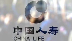 De Verzekeringsmaatschappijembleem van China Life op een glas tegen vage menigte op steet Het redactie 3D teruggeven stock video